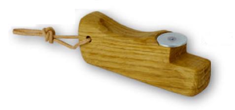Formschöner Flaschenöffner aus edlem Eichenholz.