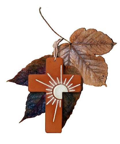 Wunderschön gestaltetes Tonkreuz mit einer Sonne verziert. Ein beliebtes Geschenk zur Kommunion, Firmung oder Konfirmation.